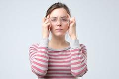 Kobieta utrzymuje palce na świątyniach migreny pojęcie zdjęcie stock