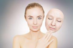 Kobieta uwalnia jej twarz od zmarszczeń i złej skóry Fotografia Stock