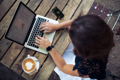 Kobieta używa jej laptop przy sklep z kawą Obraz Stock