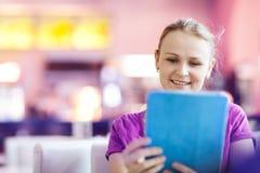 Kobieta używa pastylka peceta w restauraci indoors Zdjęcia Stock