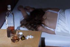 Kobieta uzależniająca się alkohol i leki Zdjęcia Royalty Free