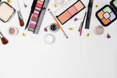 Kobieta uzupełnia produkty i akcesoria na białym tle fachowi dekoracyjni kosmetyki, makeup narzędzia zdjęcie royalty free