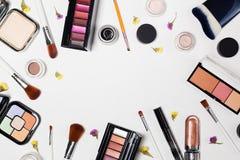 Kobieta uzupełnia produkty i akcesoria na białym tle fachowi dekoracyjni kosmetyki, makeup narzędzia zdjęcie stock