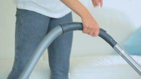 Kobieta vacuuming dywan zbiory