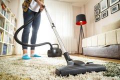 Kobieta vacuuming dywan fotografia stock
