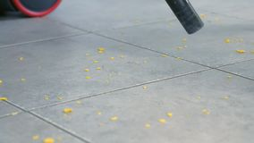 Kobieta vacuuming kuchennej podłogi z popielatą płytką bez muśnięcia, tylko drymba próżniowy czysty Zablokowanie w drymbie zbiory wideo