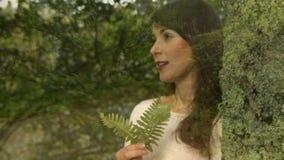 Kobieta wącha liść zbiory