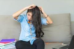 Kobieta Włosiany stylista robi hairpiece dla długiej fryzury mody T obrazy stock
