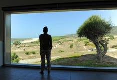 Kobieta wśrodku Baelo Claudia gościa centrum w Tarifa, prowincja CÃ ¡ diz, Hiszpania obraz royalty free