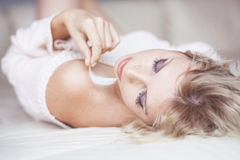 Kobieta w łóżku Zdjęcia Royalty Free