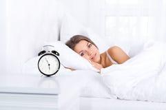 Kobieta w łóżku budzi się up Fotografia Royalty Free