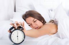 Kobieta w łóżku budzi się up Obraz Royalty Free