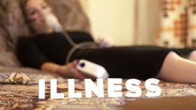Kobieta w łóżku w inhalator maskowej robi inhalaci dla traktowanie płucnej choroby zbiory