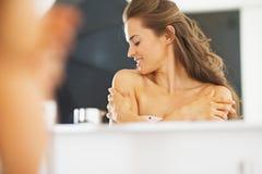 Kobieta w łazience szczęśliwej z jej skóra warunkiem zdjęcie stock