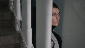 Kobieta w żakiecie blisko schodków zbiory wideo