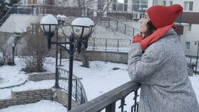 Kobieta w żakiecie opiera na poręczu zbiory wideo