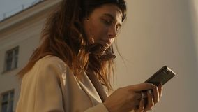 Kobieta w żakiecie używać smartphone zdjęcie wideo