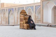 Kobieta w Agha Bozorg meczecie w Kashan, Iran Obraz Royalty Free