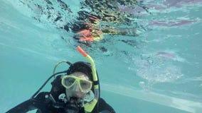 Kobieta w akwalung przekładni robi ok znakowi zdjęcie wideo
