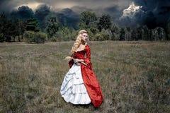 Kobieta w antykwarskiej czerwieni sukni Obrazy Stock