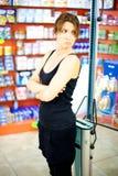 Piękna kobieta smutna o jej ciężarze fotografia stock