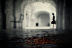 Kobieta w archway Zdjęcie Royalty Free