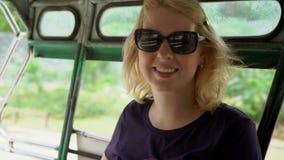 Kobieta w azjatykcim pickup samochodzie zbiory wideo