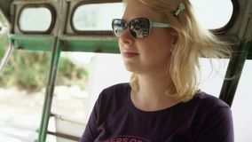 Kobieta w azjatykcim pickup samochodzie zdjęcie wideo