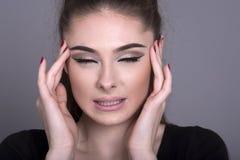 Kobieta w bólowym macaniu jej głowa zdjęcie royalty free
