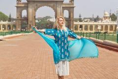 Kobieta w błękit sukni ma zabawę blisko Dziejowych bram pałac królewski Mysore w Karnataka, India Obraz Stock