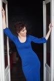 Kobieta w błękit sukni stojakach przeciw ścianie zdjęcie royalty free