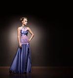 Kobieta w błękitnej biżuterii i sukni Fotografia Stock