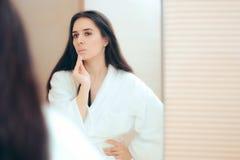 Kobieta w Bathrobe Czyści Jej twarz z makijażu zmywaczem fotografia stock