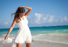 Kobieta w białej sukni na oceanu wybrzeżu Obrazy Royalty Free