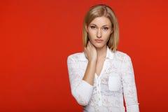 Kobieta w białych koronkowych dresach Obrazy Stock