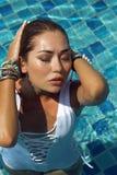 Kobieta w białym swimsuit pozuje blisko pływackiego basenu Piękna elegancka dębna dziewczyna Letni dzień na wyspie phuket Thailan Zdjęcie Stock