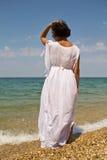 Kobieta w białej sukni. Zdjęcie Stock