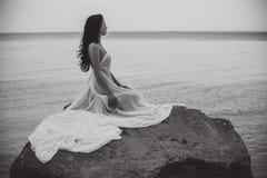 Kobieta w białej tkaninie na skale Obrazy Royalty Free