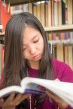 Kobieta w bibliotece Zdjęcie Stock