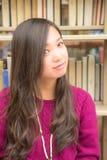 Kobieta w bibliotece Zdjęcia Royalty Free