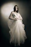 Kobieta w biel sukni Zdjęcia Royalty Free