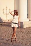 Kobieta w biel sukni odprowadzeniu wokoło starego miasta Zdjęcia Stock