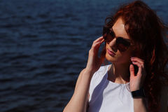 Kobieta w biel sukni outdoors okularach przeciwsłonecznych i Obraz Stock