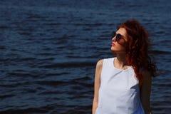 Kobieta w biel sukni outdoors okularach przeciwsłonecznych i Obrazy Royalty Free