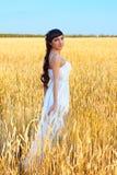 Kobieta w biel sukni w polu z banatką Obraz Stock