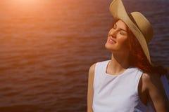 Kobieta w bielu kapeluszu na rzecznym brzeg i sukni Zdjęcia Royalty Free