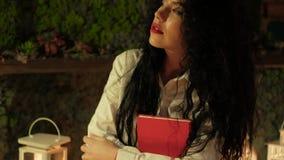 Kobieta w bielu trzyma notepad zdjęcie wideo