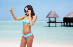 Kobieta w bikini bierze smatphone selfie na plaży obraz royalty free
