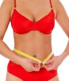 Kobieta w bikini mierzy jej ciało Obrazy Stock