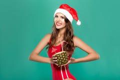 Kobieta w bikini pije lato koktajl w ananasie Fotografia Royalty Free
